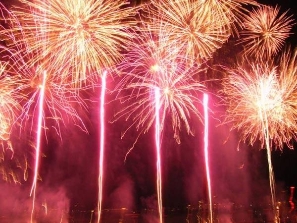 Pesta Kembang Api Warnai Pergantian Malam Tahun Baru Imlek di Cirebon