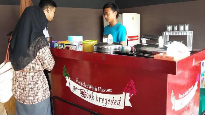 Gerobak Bregeded: Ice Cream Ala Restoran, Harga Kaki Lima