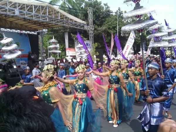 Ribuan Warga Padati Kirab Budaya Ciayumajakuning