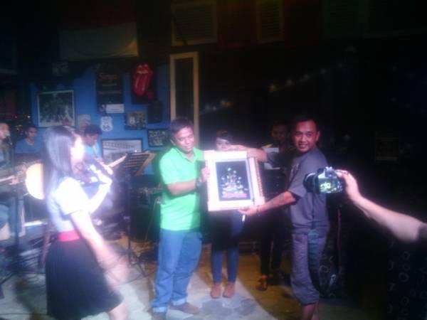 Lelang Lukisan Kaca Warnai Charity For Kelud di Famouz Cafe