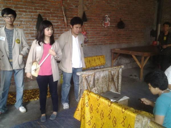 Universitas Parahyangan Bandung Belajar  Membatik di Batik Trusmi