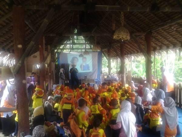 TK Islam Terpadu Bina Ummah Sumber Kunjungi Peternakan Sapi Lembah Kamuning