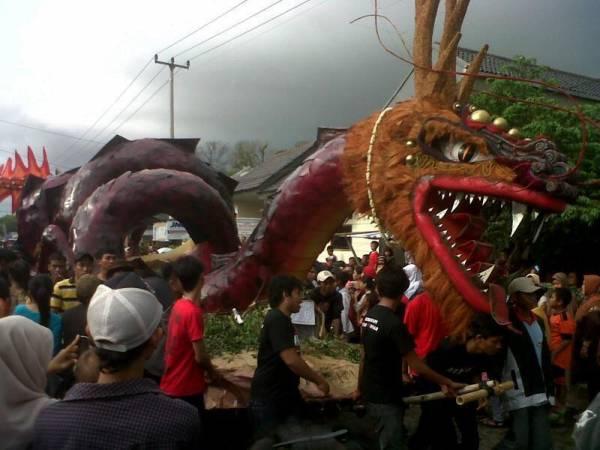 Ribuan Warga Tumpah Ruah di Karnaval Nadran Gunung Jati