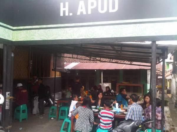 Wisatawan Padati Empal Gentong di Jalan Raya Tengah Tani Cirebon di Musim Liburan