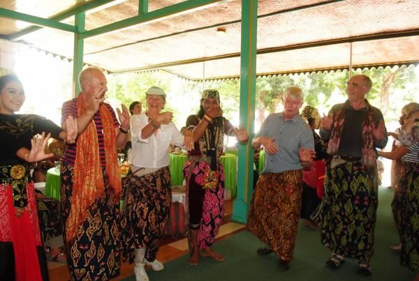 Ratusan Turis Kapal Pesiar Caledonian Cruises Singgah di Cirebon