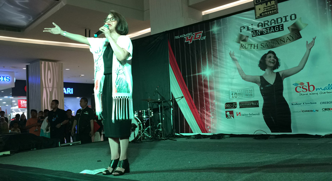 Ruth Sahanaya Hibur Penggemarnya Di Acara PILARadio On Stage di Atrium CSB Mall
