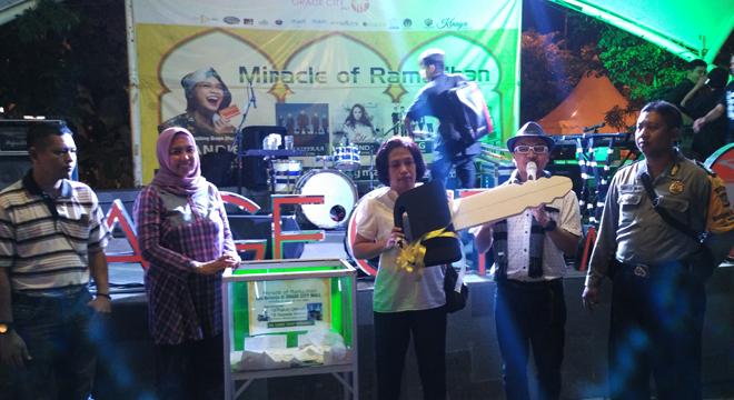 Warga Harjamukti Dapat Undian Sepeda Motor di Program Miracle of Ramadhan Grage City Mall