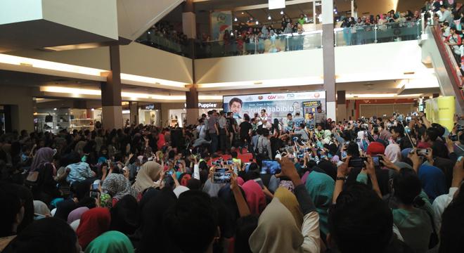 Peminat Meet and Greet Artis Film Rudy Habibie di Grage City Mall Membludak