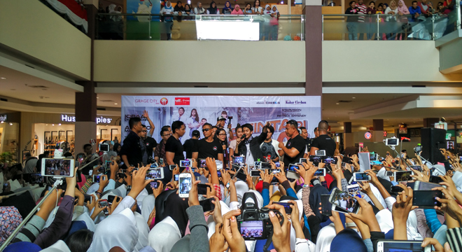 "Penggemar CJR Histeris di Meet and Greet ""Film Ada Cinta di SMA"" di Grage City Mall"