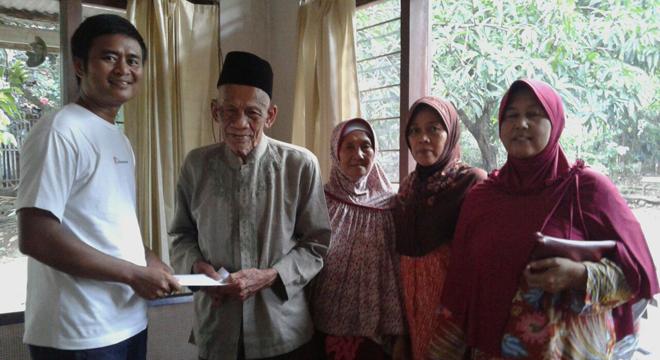 Jurnalis Cirebon Beri Bantuan Untuk Calhaj Tertua