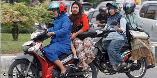 Awas, Bahaya Rok Panjang Saat Kendarai Sepeda Motor