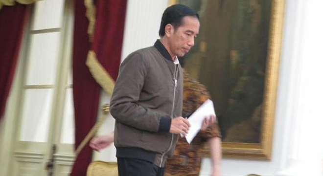 Jaket Bomber Jokowi Diburu Warga Cirebon
