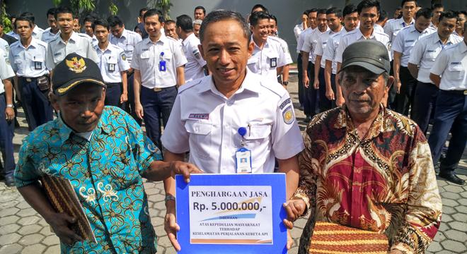 PT. KAI Daop 3 Cirebon Berikan Penghargaan kepada Warga