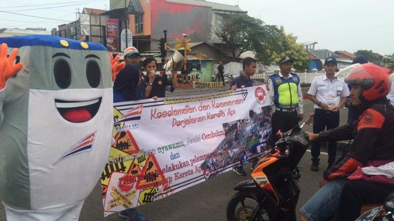 Komunitas Edan Sepur dan Daop 3 Cirebon Gelar Sosialisasi Keselamatan di Perlintasan Kereta Api