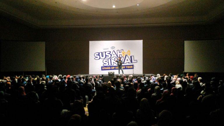 Ratusan Penonton Padati Acara Stand Up Comedy Tour Susah Sinyal