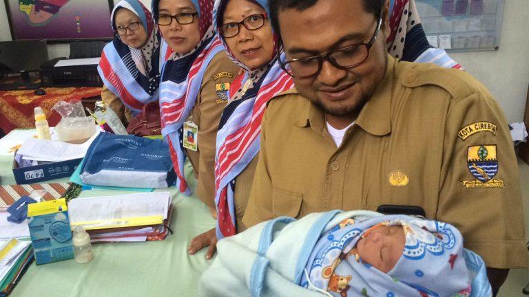 Penemuan Bayi Laki-laki di Tempat Sampah Gegerkan Warga Perumnas Kota Cirebon