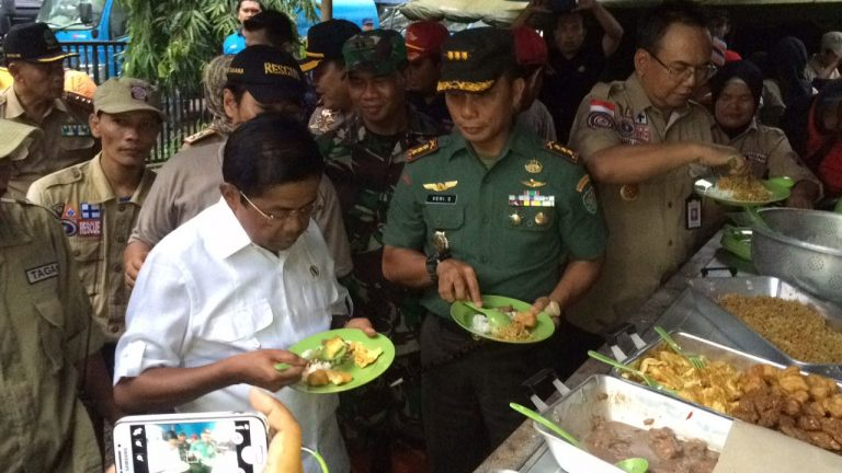 Menteri Sosial RI Tinjau Dapur Umum di Lokasi Banjir Cirebon Timur