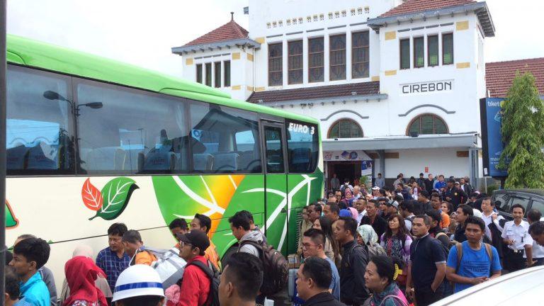 Ratusan Penumpang di Stasiun Cirebon Dialihkan Menggunakan Bus