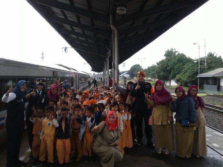 Edukasi Sejak Dini, Murid PAUD hingga SD Kunjungi Stasiun Cirebon