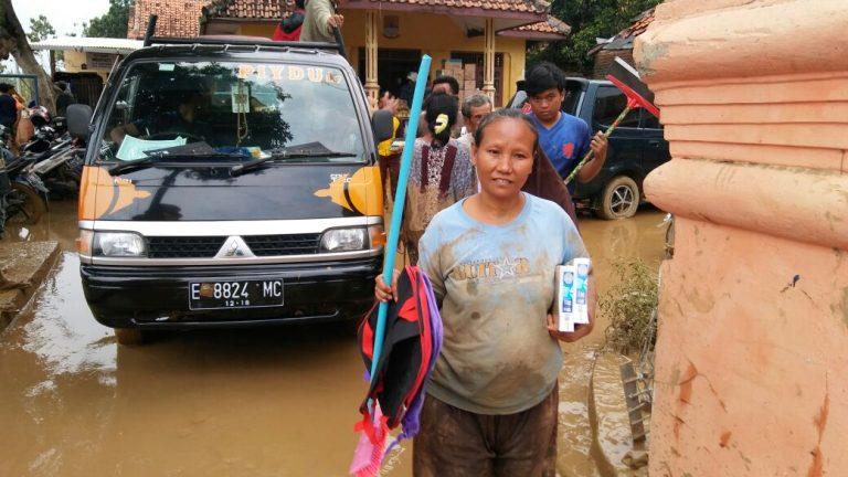 Peduli Banjir, Serikat Pekerja Indocement Berikan Bantuan