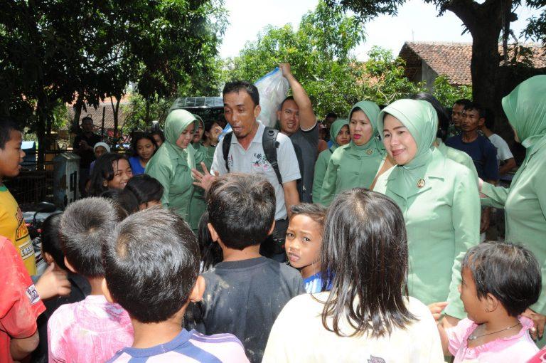 Persit Korem Cirebon Kunjungi Korban Banjir di Pasaleman