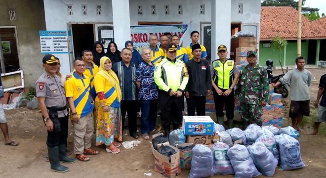 Polres Cirebon Berikan Bantuan untuk Korban Banjir di Desa Tawang Sari