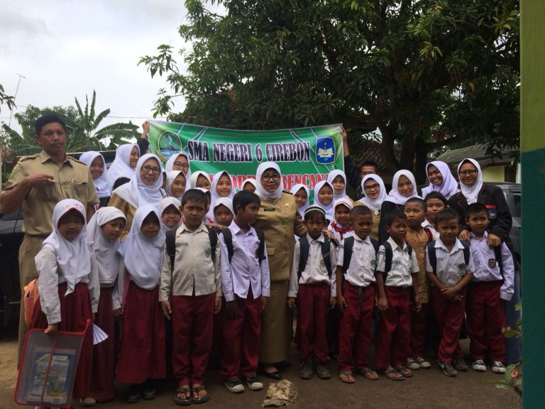 SMAN 6 Kota Cirebon Sumbangkan Alat Tulis untuk Korban Banjir