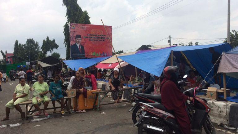Banjir Gunung Jati, Warga Mengungsi di Jalan Raya Cirebon – Indramayu