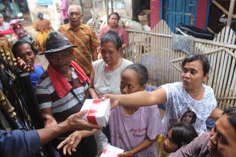 Pasangan OKE Serahkan Bantuan Untuk Korban Banjir