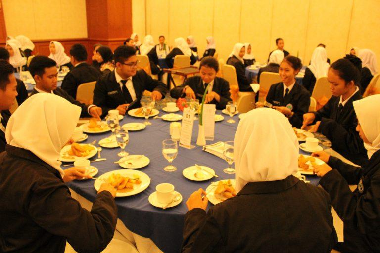 SMK Mandiri Cirebon Adakan Table Manner Untuk Menambah Pengetahuan Siswa