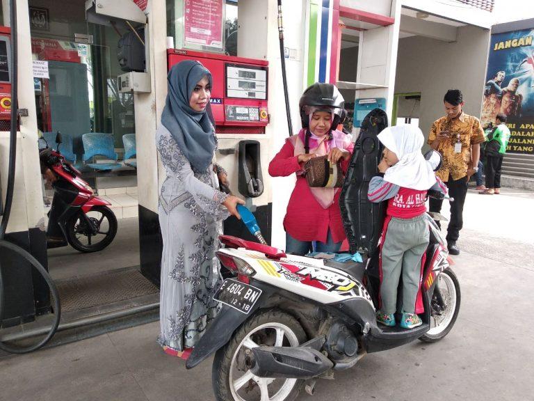 Unik, Petugas SPBU di Cirebon Kenakan Kebaya di Hari Kartini