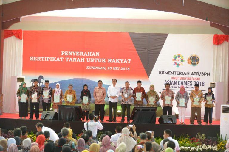 Kunjungan Kerja di Kabupaten Kuningan, Jokowi Bagikan 7.000 Sertifikat Tanah