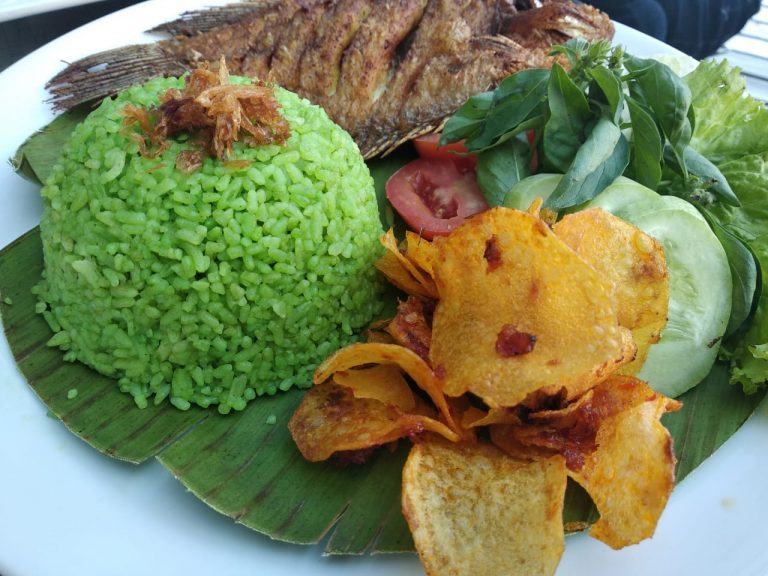 Nasi Hijau Gurame Goreng Ala Swiss Cafe, Patut Dicoba!