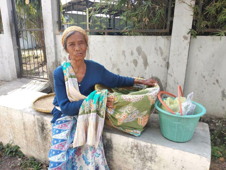 Nenek Mana, Masih Kuat Berjalan Kaki Menjajakan Sayuran Setiap Pagi Hingga Siang