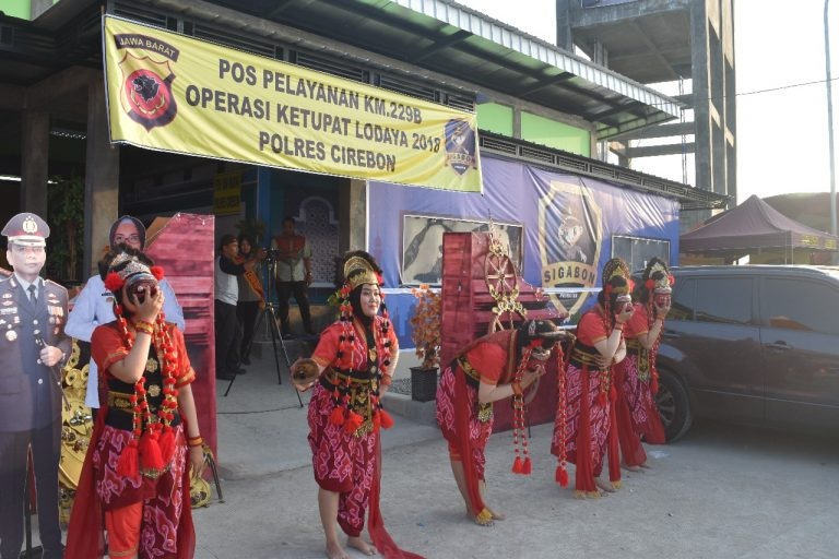 Polwan Polres Cirebon Suguhkan Tari Topeng untuk Pemudik