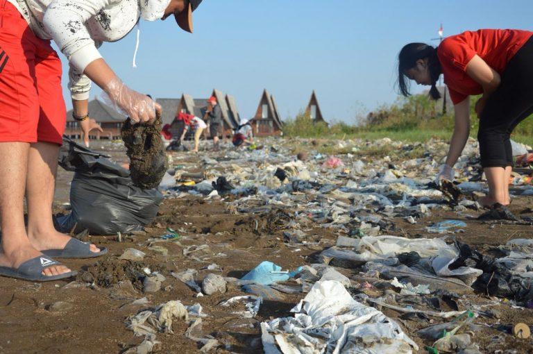 Komunitas Youth Action Cirebon Bersihkan Sampah di Pinggiran Laut Pelabuhan