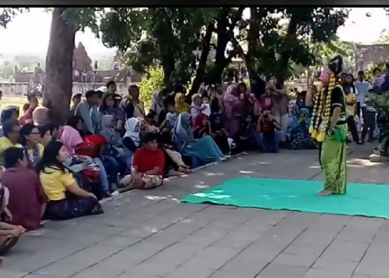 Seni Tradisional Cirebon Menghibur Pengunjung di Goa Sunyaragi