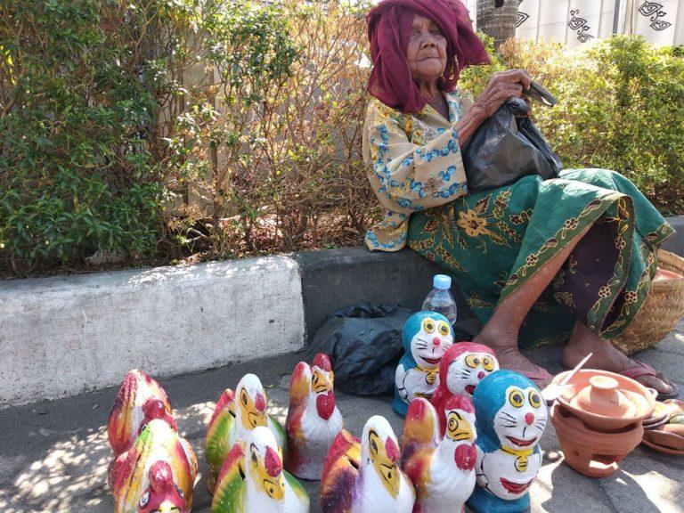 Kisah Nenek Aminah, Penjual Celengan Berbahan Tanah Liat di Trusmi