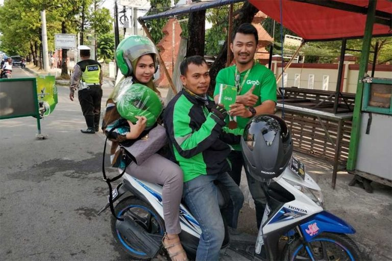 Grab Juara Kota Bagi-Bagi Hadiah untuk Mitra Grab Bike di Cirebon