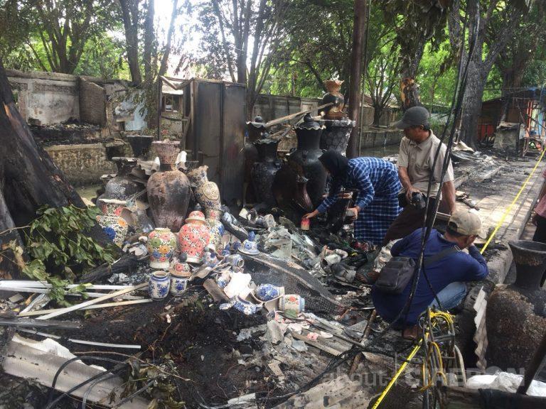 Pasca Kebakaran, Pemilik Kios di Jalan Sukalila Kota Cirebon Bersihkan Puing-puing Bekas Kebakaran