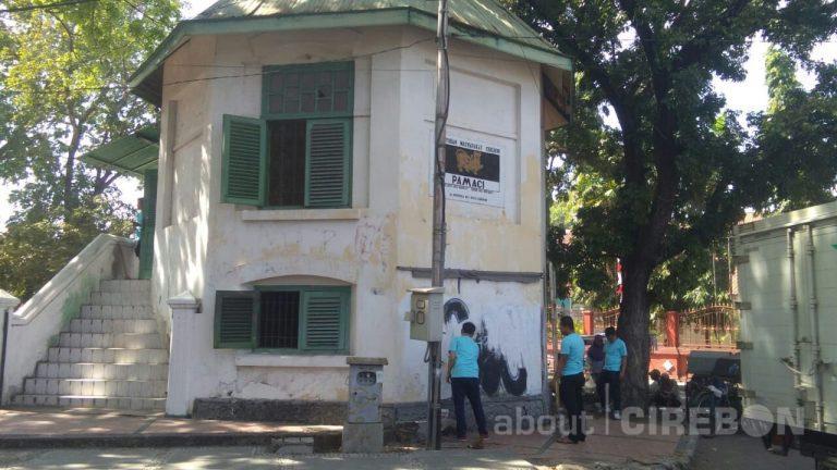 Komunitas di Cirebon Adakan Bersih-Bersih di Gedung Bundar
