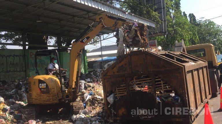 Pihak Kepolisian, TNI dan DLH Kota Cirebon Lakukan Pengangkutan Sampah yang Menumpuk