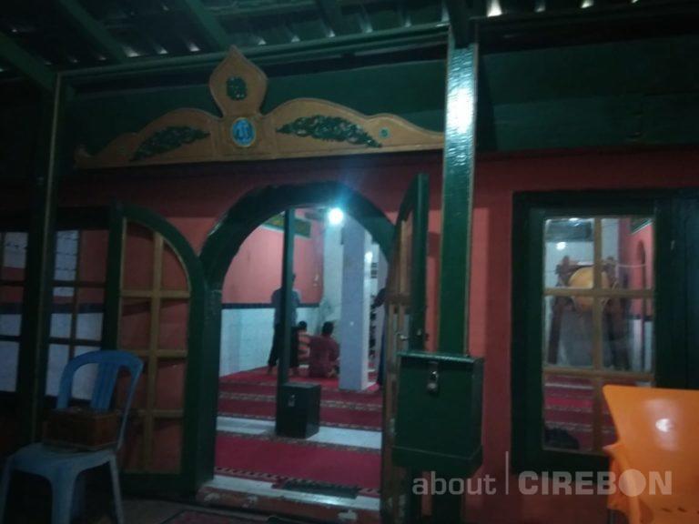 Rutinitas Saweran Malam Jumat Kliwon di Masjid Jagabayan