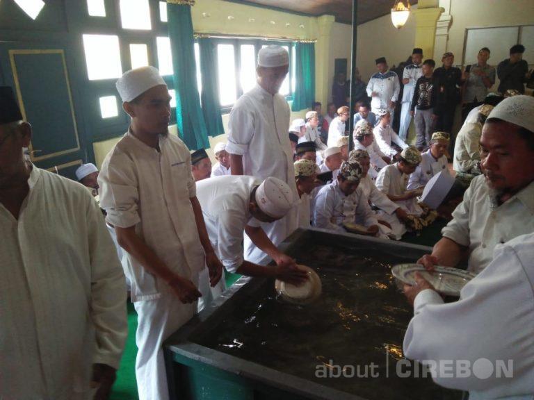 Jelang Panjang Jimat, Keraton Kasepuhan Cirebon Gelar Tradisi Siraman Panjang dan Buka Bekasem Ikan