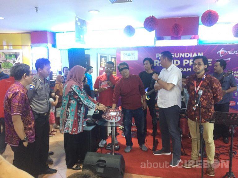 Warga Mayung Kabupaten Cirebon Dapat Hadiah Motor dari Program Specta Gadget Telkomsel dan Grage Mall