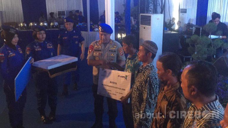HUT Polairud ke-68, Kapolda Jawa Barat Berikan Polis Asuransi Kepada Nelayan