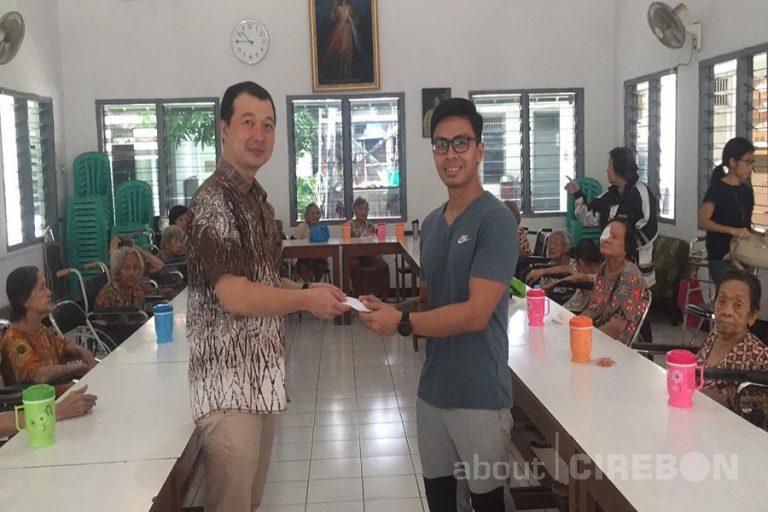 Yoga Cirebon Charity Serahkan Donasi ke Panti Wreda Santana