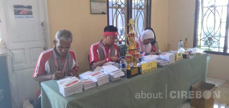 Ajak Pemilih Miliki Jiwa Sportif, Petugas TPS 29 Karanganom Kota Cirebon Kenakan Baju Olahraga