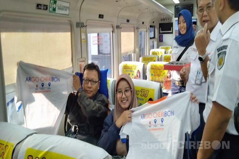 Resmi Ganti Nama Argo Cheribon, Daop 3 Cirebon Bagikan 2019 Cake Kepada Penumpang