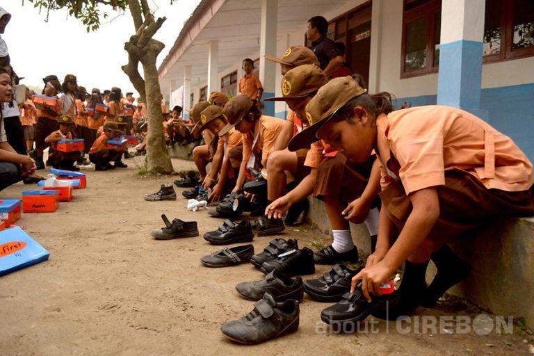 10.000 Sepatu Sekolah Hasil Donasi Konsumen Alfamart Disalurkan Melalui Mizan Amanah